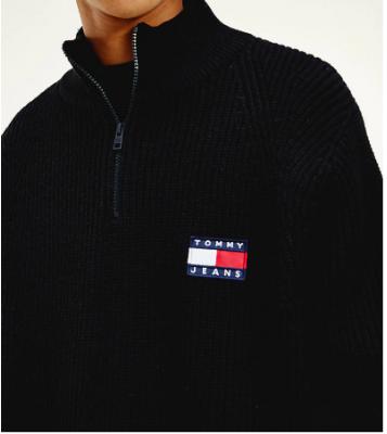Pull zippé à badge noir